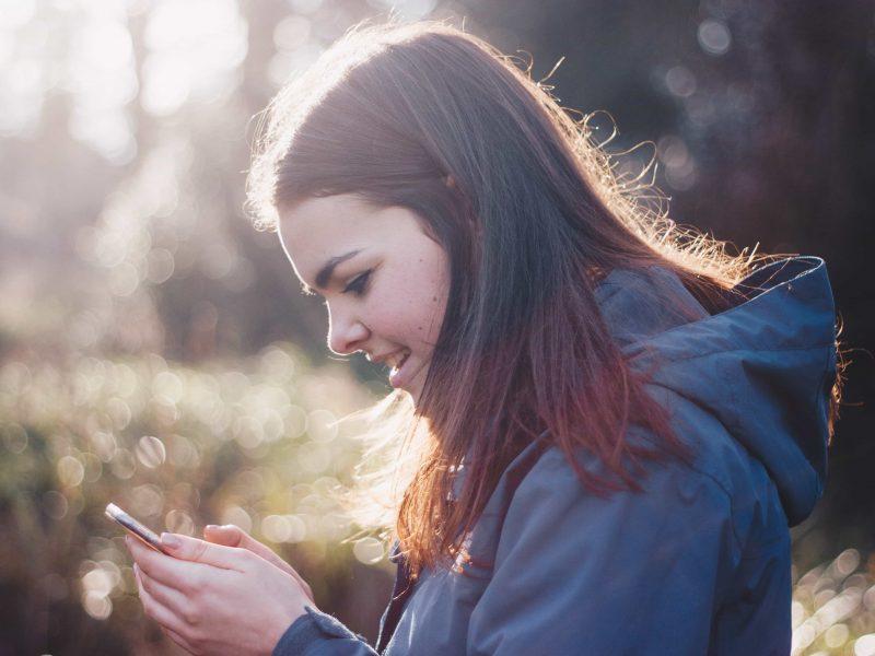 Jeune fille qui regarde son smartphone